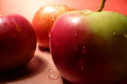 Мытье яблок перед употреблением