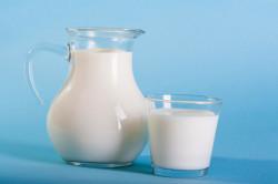 Теплое молоко с медом для лечения запоров